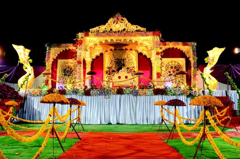 Σκηνική διακόσμηση δεξίωσης γάμου με τη χρυσή καρέκλα στοκ φωτογραφίες με δικαίωμα ελεύθερης χρήσης
