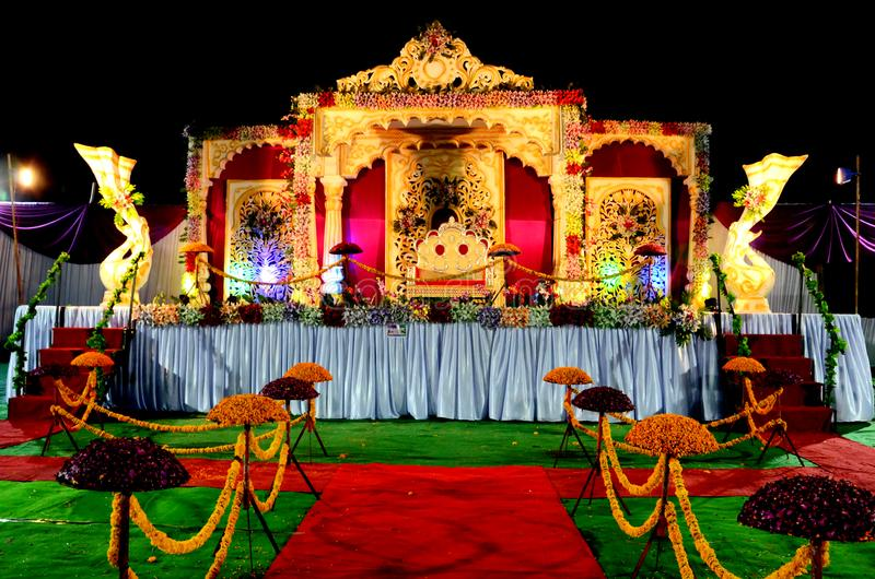 Σκηνική διακόσμηση δεξίωσης γάμου με τη χρυσή καρέκλα στοκ φωτογραφίες