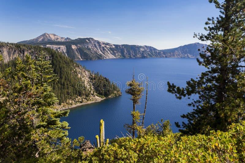 Σκηνική λίμνη και βραχώδεις ακτές στοκ φωτογραφία