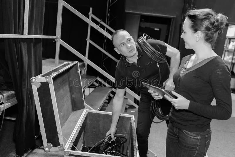 2 σκηνικοί τεχνικοί που προετοιμάζουν το στάδιο για τα tonights παρουσιάζουν στοκ φωτογραφίες με δικαίωμα ελεύθερης χρήσης