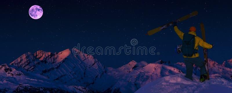Σκηνικό νυχτερινό τοπίο χιονοδρομικού πανοράματος στο οροπέδιο Κρανς-Μοντάνα στα βουνά των Ελβετικών Άλπεων με κορυφή στο φόντο, στοκ εικόνα