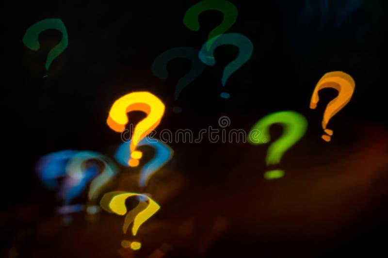 σκηνικό Bokeh ερωτηματικών στο σκοτεινό υπόβαθρο στοκ εικόνες