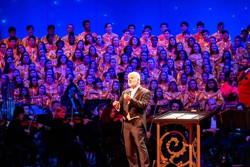 Σκηνοθέτης, ορχήστρα και χορωδία ευχαριστώντας το κοινό στο Candlelight Narrators στο Epcot 2 στοκ εικόνες