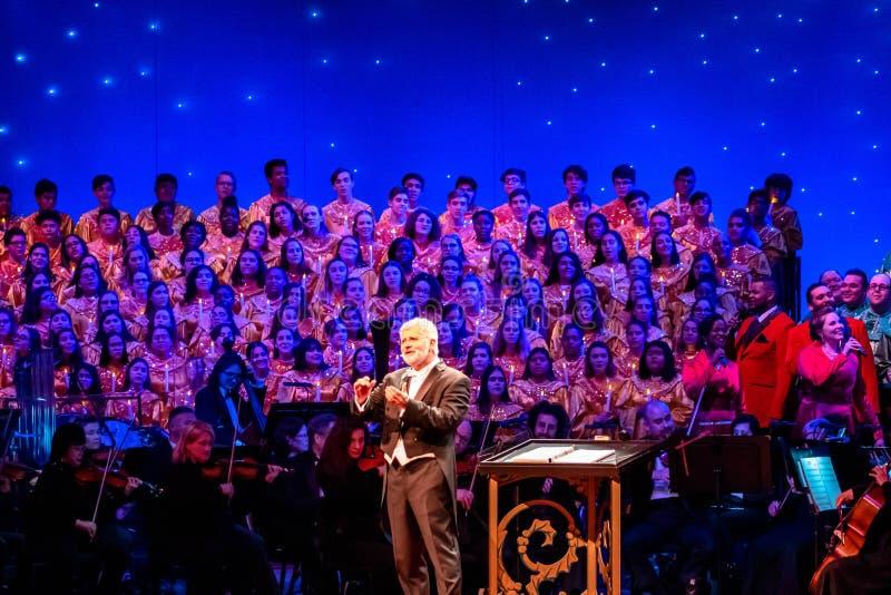 Σκηνοθέτης, ορχήστρα και χορωδία ευχαριστώντας το κοινό στο Candlelight Narrators στην Epcot 1 στοκ εικόνες