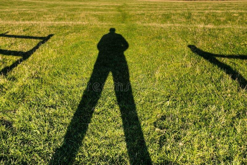 Σκιά ενός ατόμου που στέκεται σε μια πύλη στοκ εικόνα