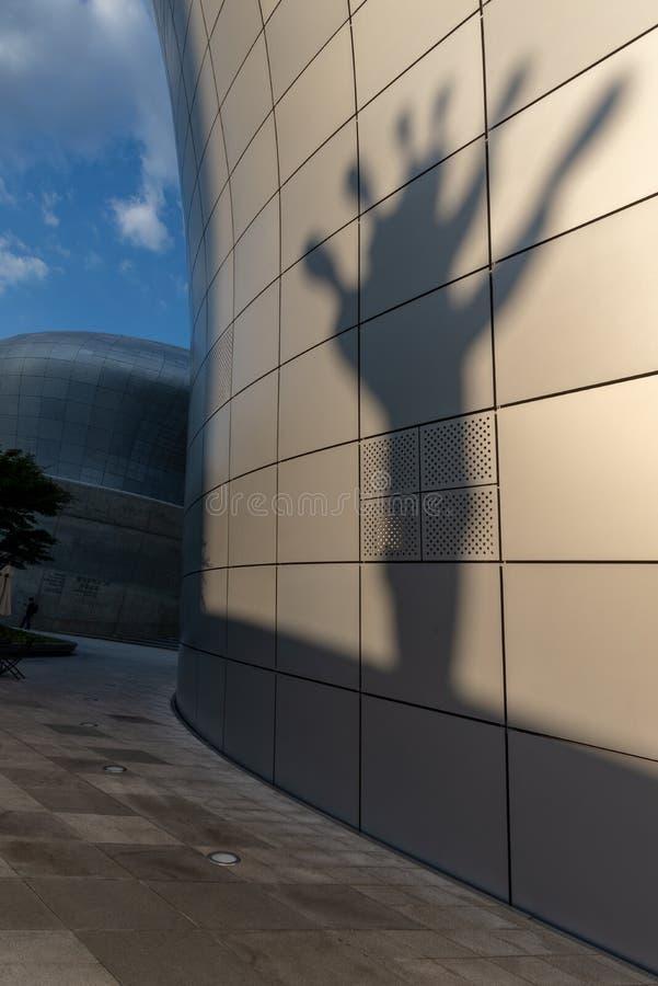 Σκιά ενός γλυπτού που πετιέται σε έναν σύγχρονο τοίχο οικοδόμησης στοκ εικόνες με δικαίωμα ελεύθερης χρήσης