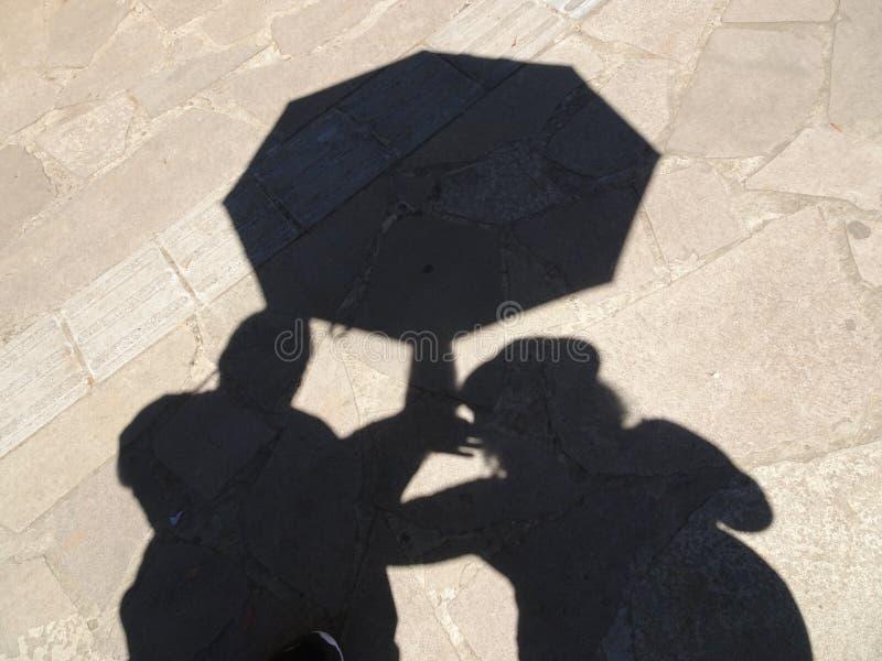 Σκιά ζεύγους με την ομπρέλα στοκ φωτογραφίες