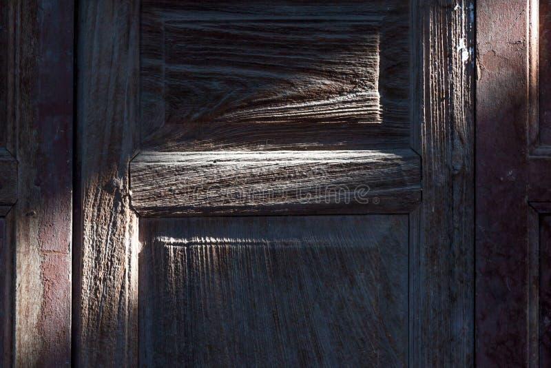 Σκιά και σκιά της αναδρομικής ξύλινης πόρτας στοκ φωτογραφία