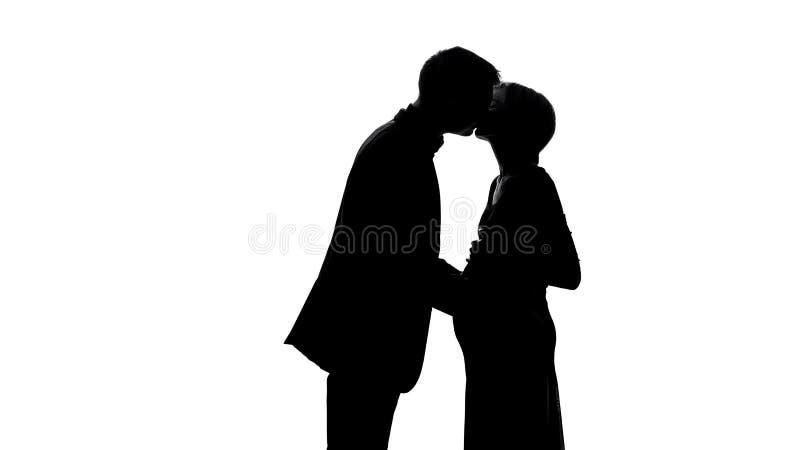 Σκιά νεαρών άνδρων που φιλά την έγκυο σύζυγο, ευτυχία πατρότητας, σχέσεις ζευγών στοκ φωτογραφίες