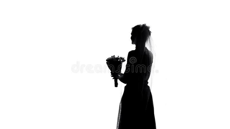 Σκιά νυφών με την ανθοδέσμη λουλουδιών στη ημέρα γάμου, παραδόσεις τελετής γάμου στοκ φωτογραφίες