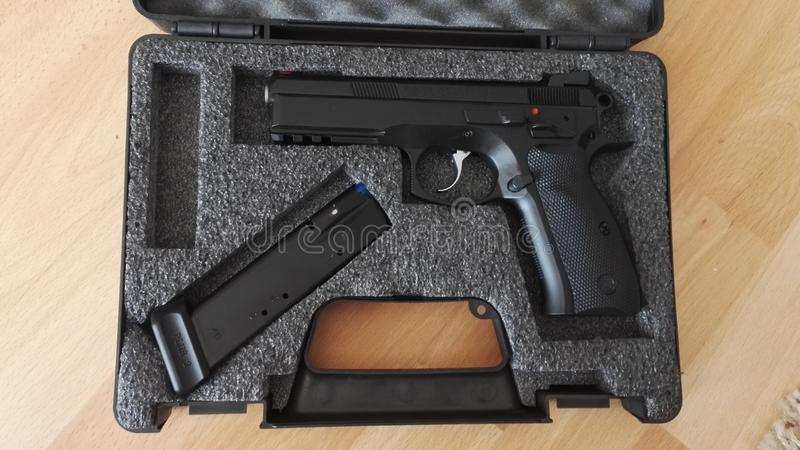 Σκιά πυροβόλων όπλων CZ75 σε αρχική περίπτωση στοκ φωτογραφίες με δικαίωμα ελεύθερης χρήσης
