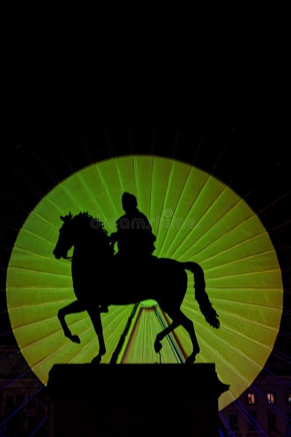 Σκιά του ιππικού αγάλματος κατά τη διάρκεια του φεστιβάλ των φω'των στοκ εικόνα