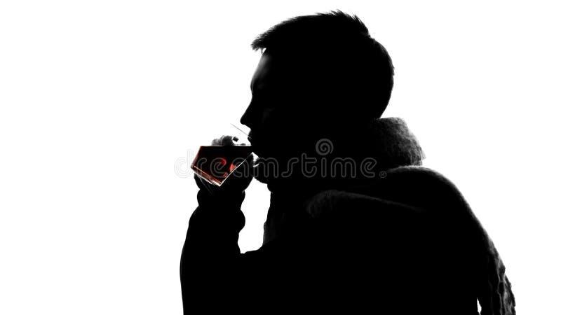 Σκιά του νέου αρσενικού στο μαντίλι μαλλιού που πίνει το καυτό τσάι, γρίπη φθινοπώρου, υγεία στοκ εικόνες με δικαίωμα ελεύθερης χρήσης