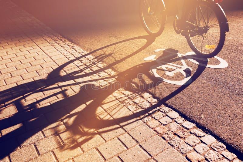 Σκιά του unrecognizable ποδηλάτη στην πάροδο ποδηλάτων στοκ φωτογραφίες με δικαίωμα ελεύθερης χρήσης