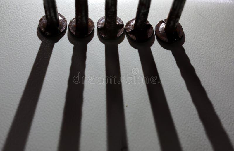 Σκιά των καρφιών σε ένα άσπρο υπόβαθρο στοκ φωτογραφίες