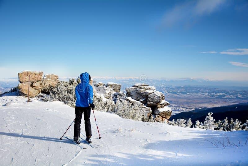 Σκιέρ γυναικών σε μια κλίση στο χειμερινό βουνό στοκ εικόνα με δικαίωμα ελεύθερης χρήσης