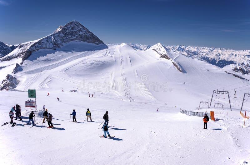 Σκιέρ και snowboaders στον παγετώνα Hintertux στοκ εικόνες με δικαίωμα ελεύθερης χρήσης