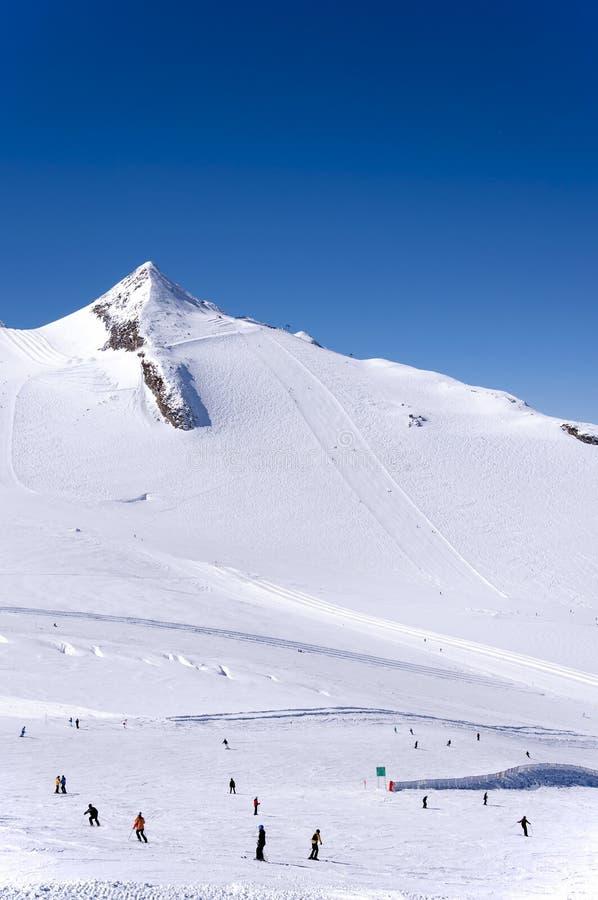 Σκιέρ και snowboaders στον παγετώνα Hintertux στοκ φωτογραφίες