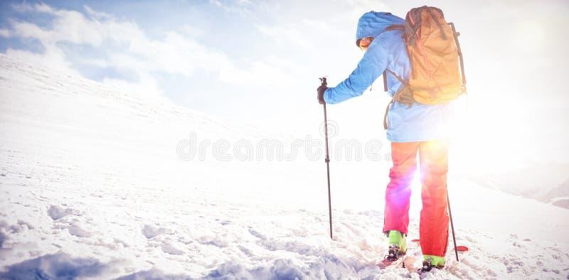 Σκιέρ που περπατά στην κλίση με το σκι στοκ φωτογραφίες με δικαίωμα ελεύθερης χρήσης