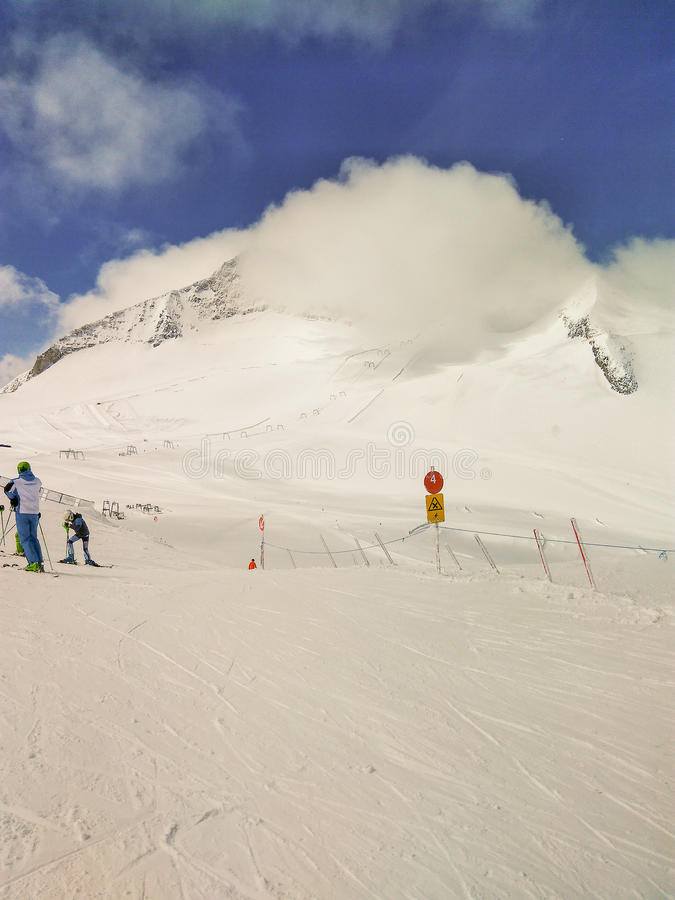 Σκιέρ στην κλίση και ανελκυστήρας σε HinterTux, Αυστρία στοκ εικόνα