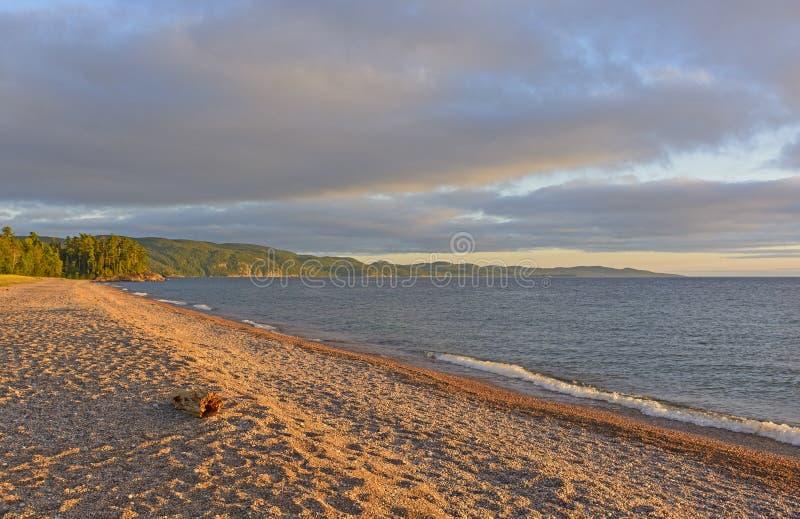 Σκιές βραδιού σε μια παραλία αμμοχάλικου στοκ εικόνες