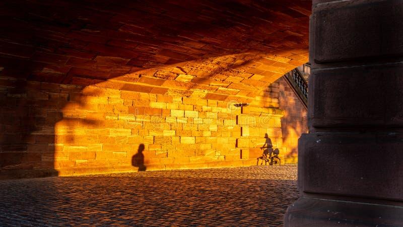 Σκιές δύο ατόμων στον τοίχο γεφυρών στο ηλιοβασίλεμα, Φρανκφούρτη Γερμανία στοκ φωτογραφία με δικαίωμα ελεύθερης χρήσης
