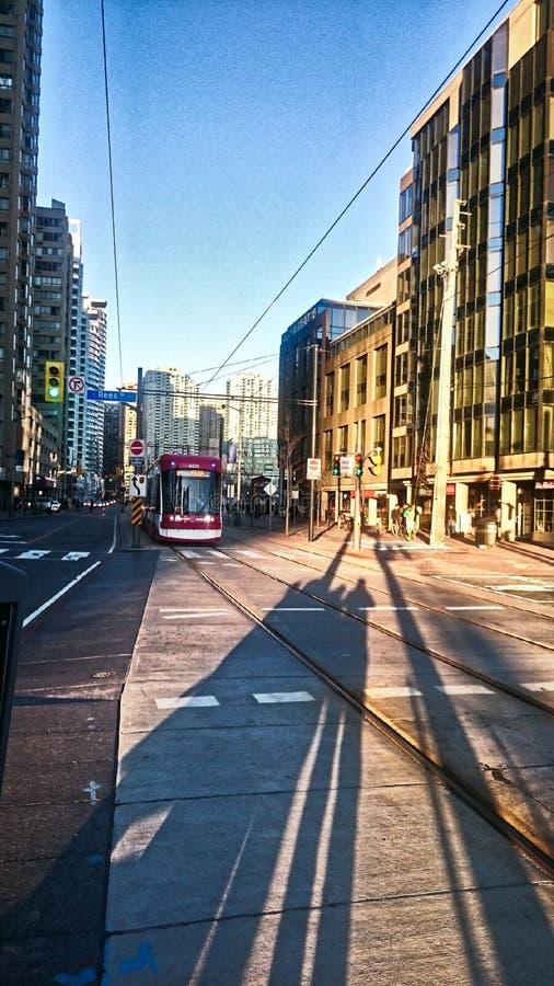 σκιές που περιμένουν το τραμ στοκ φωτογραφία