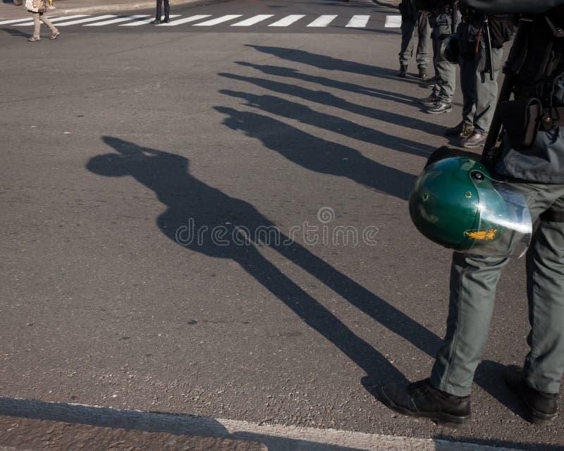 Σκιές της αστυνομίας ταραχής στο έδαφος στο Μιλάνο, Ιταλία στοκ φωτογραφία με δικαίωμα ελεύθερης χρήσης