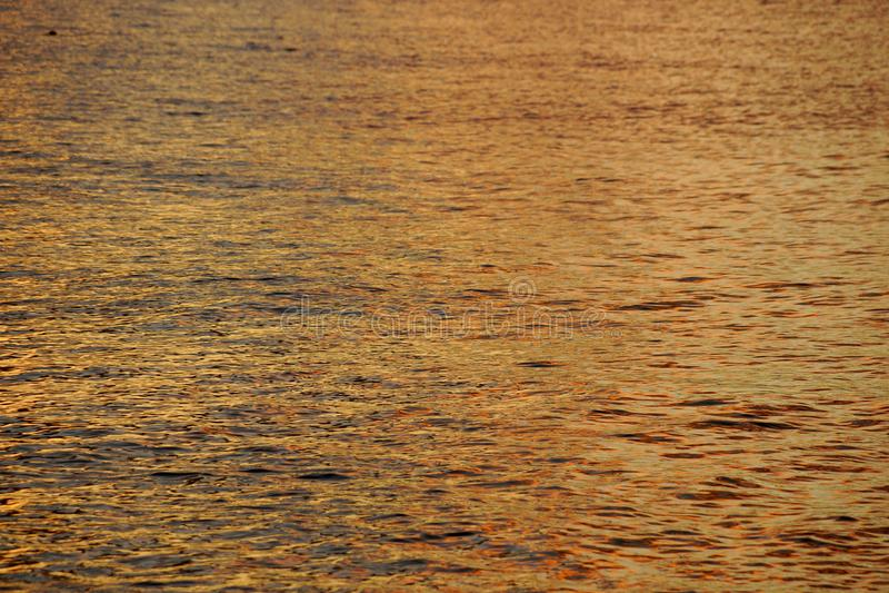 Σκιές των Yellow-orange ωκεάνιων κυματισμών νερού από τη βόρεια ακτή στοκ εικόνες
