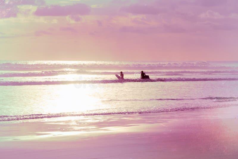 Σκιές Painterly της ρόδινων θάλασσας και Surfers στοκ εικόνες