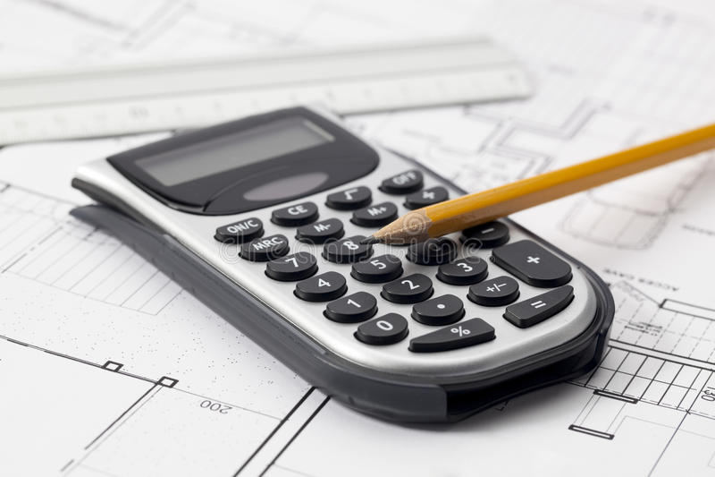 Σκιαγράφηση της νέας οικοδόμησης με το κόστος και το μέτρο στο μυαλό στοκ εικόνα