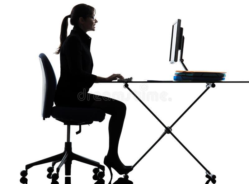 Σκιαγραφία δακτυλογράφησης υπολογισμού υπολογιστών επιχειρησιακών γυναικών στοκ εικόνες με δικαίωμα ελεύθερης χρήσης