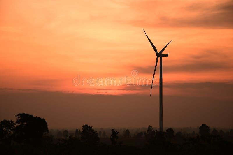 Σκιαγραφία ανεμοστροβίλων στο ηλιοβασίλεμα στοκ φωτογραφία