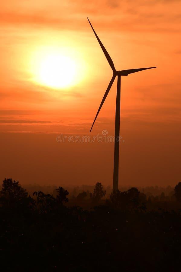 Σκιαγραφία ανεμοστροβίλων στο ηλιοβασίλεμα στοκ εικόνες με δικαίωμα ελεύθερης χρήσης