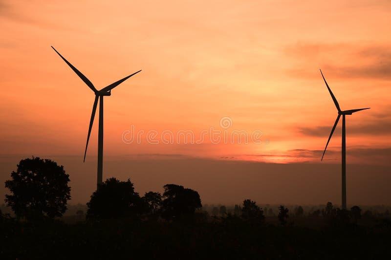 Σκιαγραφία ανεμοστροβίλων στο ηλιοβασίλεμα στοκ εικόνα με δικαίωμα ελεύθερης χρήσης