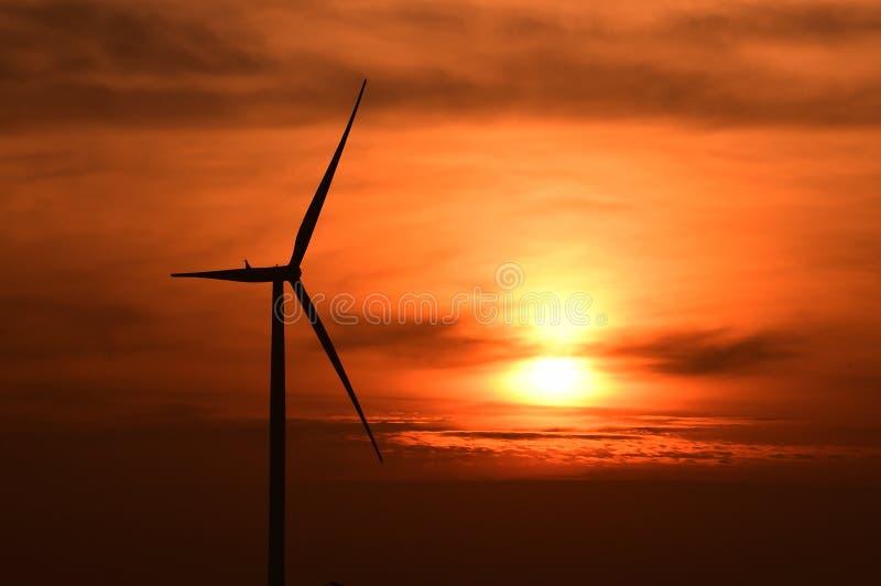 Σκιαγραφία ανεμοστροβίλων στο ηλιοβασίλεμα στοκ φωτογραφία με δικαίωμα ελεύθερης χρήσης