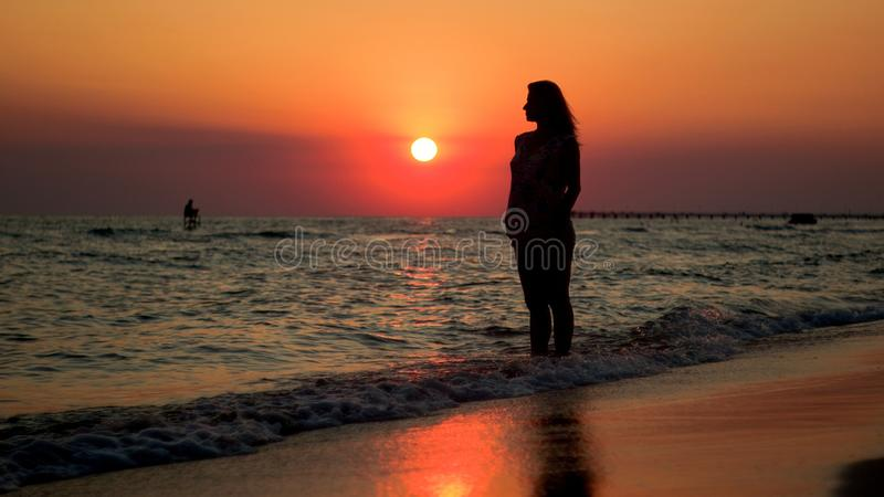 Σκιαγραφία ατόμων κατά τη διάρκεια του ηλιοβασιλέματος στοκ εικόνες