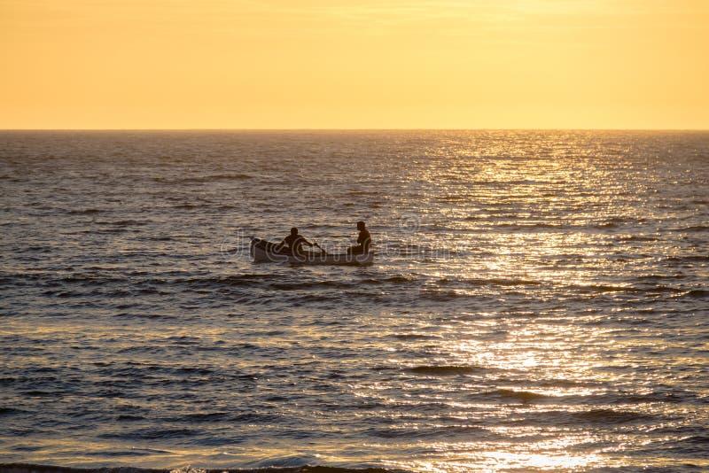 Σκιαγραφία βαρκών στο όμορφο ηλιοβασίλεμα στην παραλία Mancora - Mancora, Περού στοκ φωτογραφίες με δικαίωμα ελεύθερης χρήσης