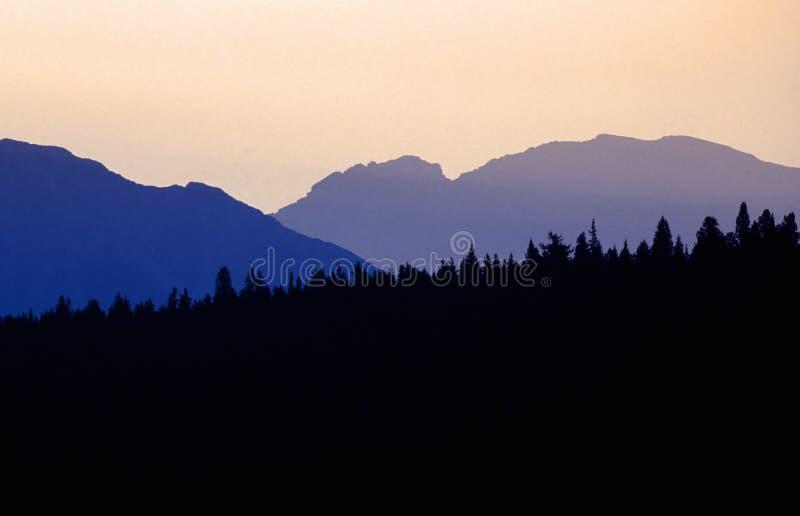 σκιαγραφία βουνών στοκ εικόνες με δικαίωμα ελεύθερης χρήσης