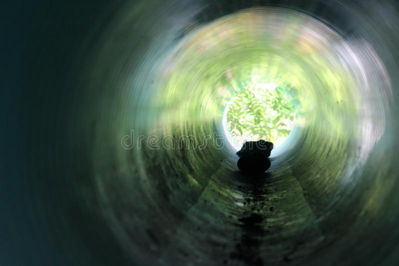 Σκιαγραφία βράχου σε μια γαλαζοπράσινη σήραγγα στοκ εικόνες