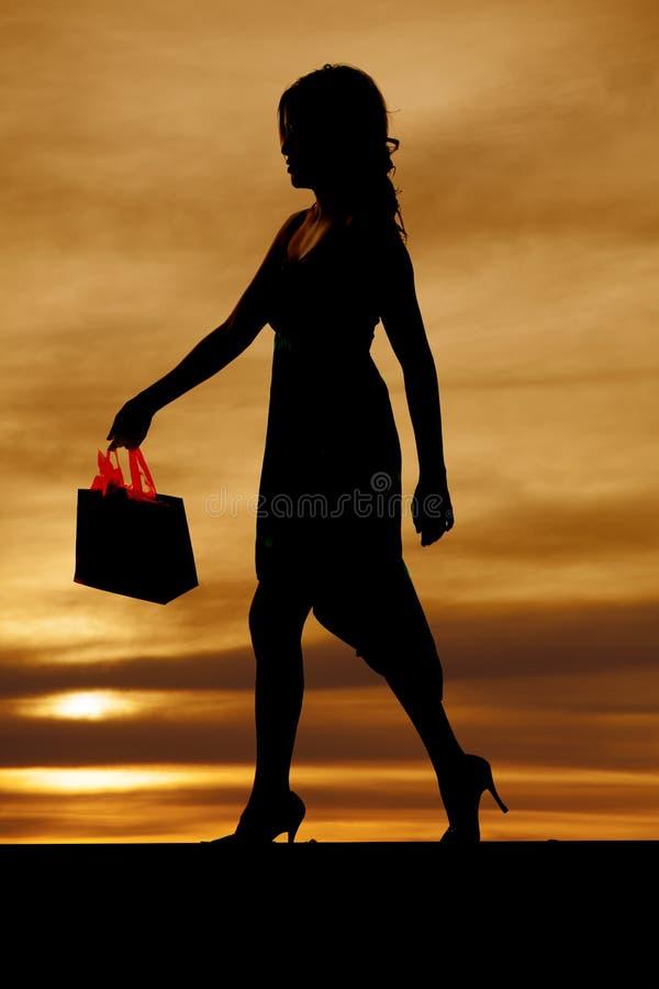 Σκιαγραφία γυναικών με την τσάντα αγορών στοκ εικόνα