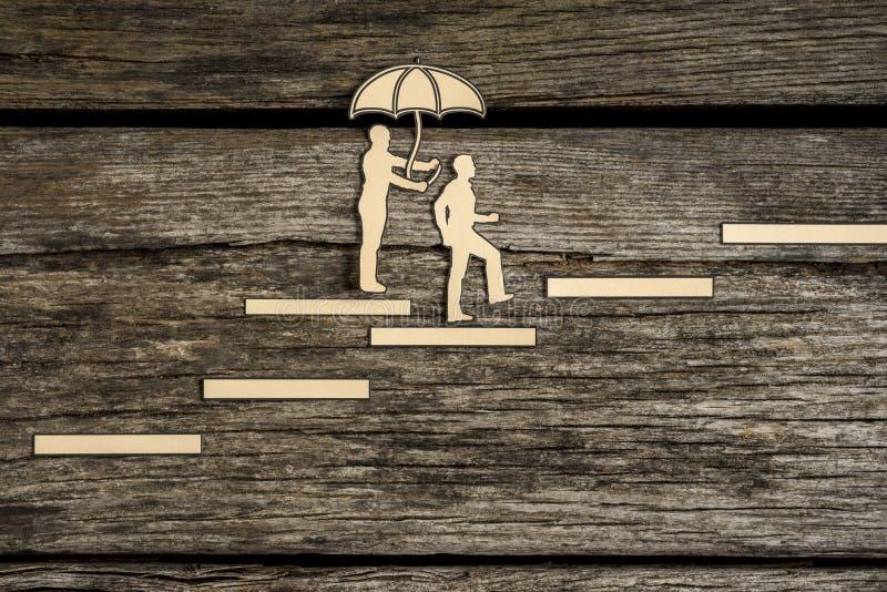 Σκιαγραφία δύο μικρή ανθρώπων που περπατά επάνω το κλιμακοστάσιο στοκ εικόνα με δικαίωμα ελεύθερης χρήσης