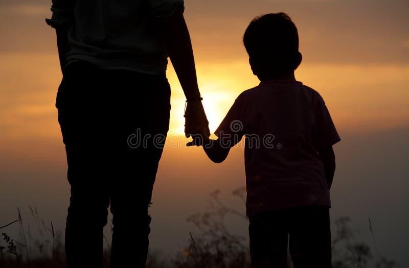 Σκιαγραφία ενός αδελφού και μιας αδελφής στο πεδίο στοκ φωτογραφίες