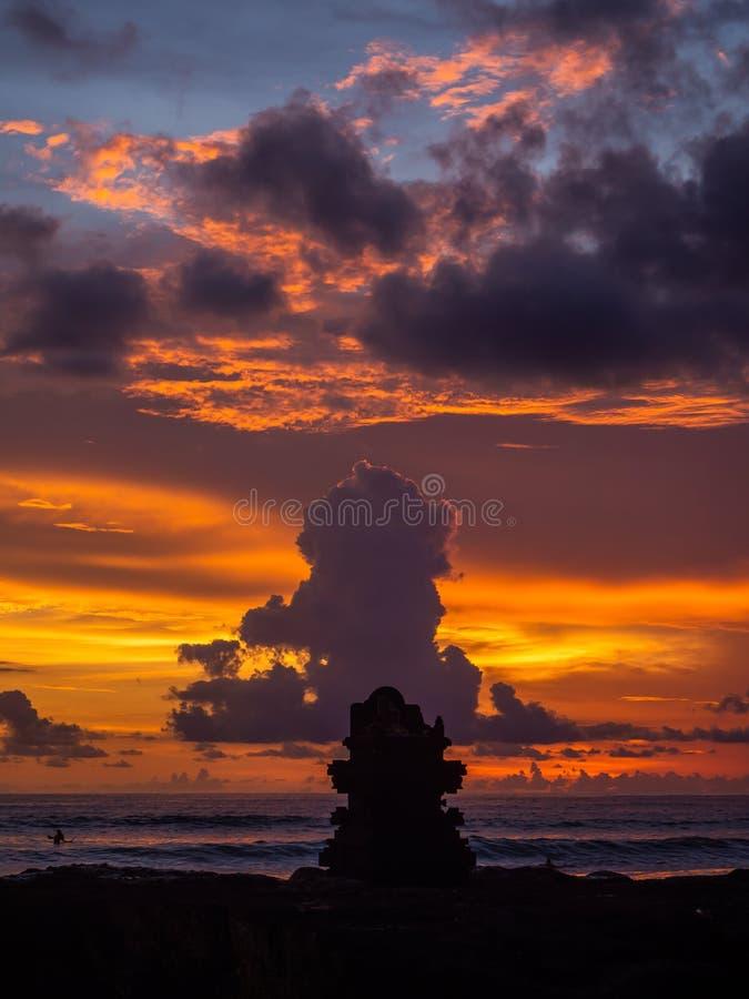 Σκιαγραφία ενός βωμού στο ηλιοβασίλεμα και τα ζωηρόχρωμα σύννεφα στοκ εικόνες