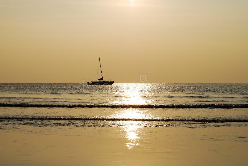 Σκιαγραφία ενός γιοτ στη θάλασσα στο ηλιοβασίλεμα στοκ φωτογραφία με δικαίωμα ελεύθερης χρήσης