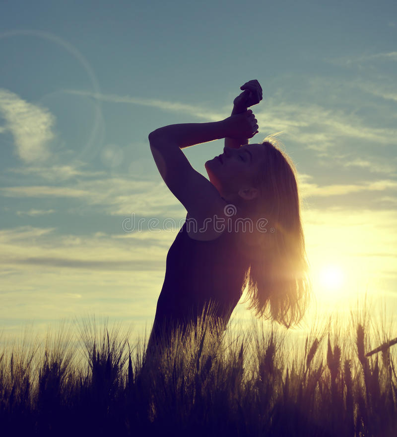 Σκιαγραφία ενός κοριτσιού σε έναν τομέα κριθαριού στοκ εικόνα με δικαίωμα ελεύθερης χρήσης