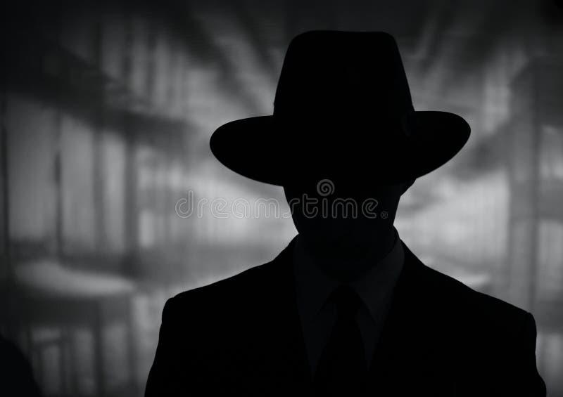Σκιαγραφία ενός μυστήριου ατόμου σε ένα καπέλο στοκ φωτογραφία με δικαίωμα ελεύθερης χρήσης