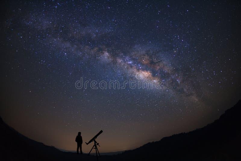 Σκιαγραφία ενός μόνιμου ατόμου με το τηλεσκόπιο που προσέχει το wilky W στοκ εικόνα