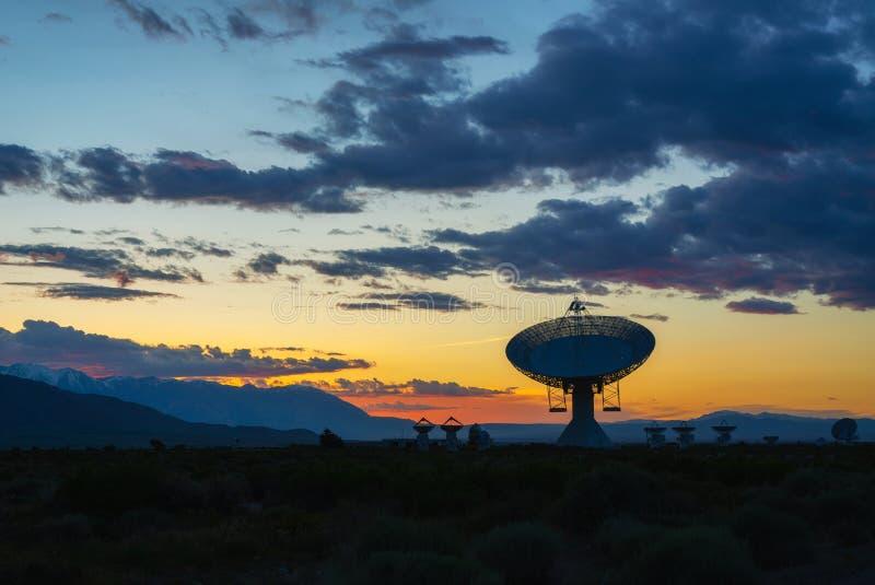 Σκιαγραφία ενός ραδιο πιάτου κατά τη διάρκεια ενός ηλιοβασιλέματος στοκ φωτογραφία με δικαίωμα ελεύθερης χρήσης