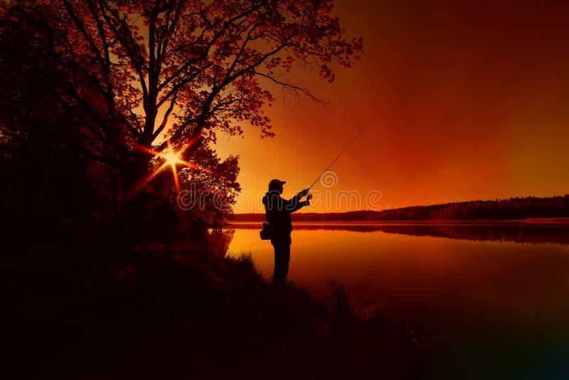 Σκιαγραφία ενός ψαρά στοκ φωτογραφία